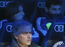 La poco convincente victoria del Real Madrid el domingo en su campo por 4-3 ante la Real Sociedad en Liga difícilmente es la mejor preparación para el partido del próximo miércoles en el que los de Mourinho tendrán que remontar un 2-1 en contra para superar al Celta de Vigo. En la imagen, el entrenador del Real Madrid José Mourhino fotografiado sentado en el banquillo delante del portero Iker Casillas (derecha) y Luka Modric antes del partido de Liga contra la Real Sociedad en el estadio Santiago Bernabéu, en Madrid, el 6 de enero de 2013. REUTERS/Juan Medina