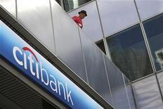 """Citigroup, à suivre lundi sur les marchés américains. La banque s'apprête à demander à son autorité de tutelle, la Réserve fédérale, l'autorisation de procéder à un rachat d'actions """"minimal"""" et ne compte pas relever son dividende trimestriel, actuellement d'un cent, selon le Wall Street Journal. /Photo d'archives/REUTERS/David McNew"""