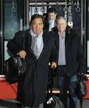 El ex gobernador de Estados Unidos Bill Richardson y el consejero delegado de Google Eric Schmidt iniciaron el lunes una controvertida visita privada a Corea del Norte que podría incluir un esfuerzo por liberar a un estadounidense encarcelado, según medios. En la imagen, Richardson y Schmidt en el aeropuerto de Pyongyang, el 7 de enero de 2013. REUTERS/Kyodo