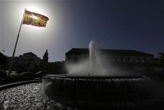 En un clima de relativa relajación de la prima de riesgo española, el Tesoro español dijo el lunes tiene como objetivo colocar hasta 5.000 millones de euros en la primera subasta de bonos de este año. En la imagen de archivo, una bandera española en Cádiz, el 15 de noviembre de 2012. REUTERS/Marcelo del Pozo
