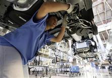 Funcionário trabalha na linha de montagem da fábrica de carros Volkswagen em São Bernardo do Campo, em abril de 2011. A produção de veículos novos no Brasil caiu 14 por cento em dezembro ante novembro, para 259.364 unidades, informou a associação que representa as montadoras, Anfavea. 06/04/2011 REUTERS/Nacho Doce