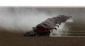 Trabalhadores fazem a colheita de soja na cidade de Tangará da Serra, em Cuiabá, em março de 2012. As vendas de máquinas agrícolas pelas montadoras do Brasil fecharam 2012 com alta de 6,2 por cento ante o ano anterior, informou a associação de fabricantes. 27/03/2012 REUTERS/Paulo Whitaker