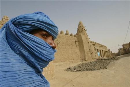 File photo of a Tuareg nomad standing near the 13th century mosque at Timbuktu, Mali, where U.S. Special Forces have been training the Malian army to better police the Sahara Desert, March 19, 2004. REUTERS/Luc Gnago/Files.