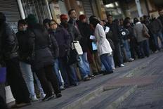 Imagen de archivo de un grupo de personas en la fila de ingreso a una oficina estatal de empleos en Madrid, ene 3 2013. La confianza en la zona euro mejoró por quinto mes consecutivo en enero, con las expectativas de los inversores en su nivel más alto en casi dos años después de una exitosa recompra de bonos griegos y una caída en las cifras de desempleo de España. REUTERS/Susana Vera