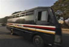 Un vehículo policial con cinco hombres acusados de la violación grupal de una estudiante india en su interior en las afueras de una corte en Nueva Delhi, ene 7 2013. Cinco hombres acusados de violar en grupo y asesinar a una estudiante india comparecieron el lunes para escuchar los cargos que se les imputan, después de que dos de ellos ofrecieran pruebas posiblemente a cambio de una sentencia menos severa en un caso que ha provocado indignación generalizada. REUTERS/Adnan Abidi