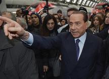 El ex primer ministro de Italia Silvio Berlusconi a su llegada a la estación de trenes de Milán, dic 29 2012. El ex primer ministro de Italia Silvio Berlusconi dijo el lunes que alcanzó un acuerdo con la Liga Norte para competir juntos en los comicios de febrero, y expresó su deseo de ser ministro de Economía en un futuro Gobierno de centroderecha. REUTERS/Paolo Bona