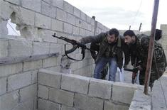 Free Syrian Army fighters look through a hole as they monitor Menagh military airport, in Aleppo's countryside, January 6, 2013. REUTERS/Mahmoud Hassano (SYRIA - Tags: CONFLICT)