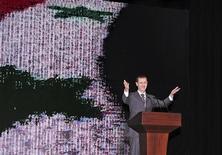 Presidente sírio, Bashar al-Assad, fala na Sala de Ópera, em Damasco. Sírios disseram que esperavam apenas mais guerra depois de um discurso do presidente Bashar al-Assad, que foi anunciado como um plano de paz, e os combates recomeçaram na capital a poucos quilômetros de onde ele falou. 06/01/2012 REUTERS/Sana