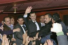 Le président syrien Bachar al Assad (au centre) à l'issue de son discours à Damas. Les combats se sont poursuivis lundi dans la capitale syrienne et dans plusieurs régions du pays au lendemain du discours du chef de l'Etat, mal reçu partout, sauf en Iran. /Photo prise le 6 janvier 2013/REUTERS/Sana