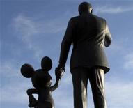 Foto de archivo de unas estatuas de Wal Disney y Mickey Mouse en el parque de atracciones Disneylandia en Anaheim, EEUU, mar 11 2011. Walt Disney Co, que viene de reportar ganancias sin precedentes en noviembre, comenzó una revisación interna para recortar gastos hace unas semanas que podría incluir despidos en su estudio cinematográfico y otras unidades de negocio, dijeron a Reuters tres personas con conocimientos del asunto. REUTERS/Mike Blake