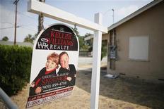 Un grupo de diez bancos y financieras estadounidenses acordó el lunes pagar 8.500 millones de dólares (unos 5.800 millones de euros) para poner fin a una revisión caso por caso de ejecuciones hipotecarias ordenadas por el Gobierno. En la imagen de archivo, el letrero de una inmobiliaria colgado delante de una casa vacía en San Bernardino, California, el 11 de septiembre de 2012. REUTERS/Lucy Nicholson