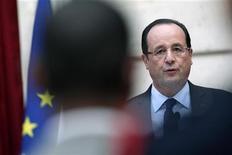 En tentant d'améliorer sa communication, François Hollande veut faire oublier un début de quinquennat cacophonique qui a contribué à brouiller son message et nourri son impopularité. /Photo prise le 21 décembre 2012/REUTERS/Thibault Camus/Pool