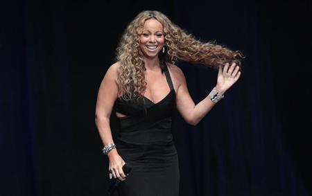 Recording artist Mariah Carey accepts the 2012 Icon Award at BMI?s annual Urban Music Awards at the Saban theatre in Beverly Hills, California September 7, 2012. REUTERS/Mario Anzuoni