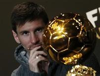 L'Argentin Lionel Messi, attaquant du FC Barcelone, a reçu lundi le Ballon d'or Fifa pour la quatrième fois consécutive, une première dans l'histoire du football. /Photo prise le 7 janvier 2013/REUTERS/Michael Buholzer
