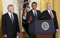 Barack Obama a nommé lundi à la Maison Blanche son conseiller pour la lutte antiterroriste John Brennan (à droite) à la tête de la CIA et le républicain Chuck Hagel (à gauche) au poste de secrétaire à la Défense, deux choix qui risquent de susciter la controverse. /Photo prise le 7 janvier 2013/REUTERS/Kevin Lamarque