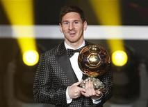 O atacante argentino Lionel Messi, do Barcelona, exibe o a sua Bola de Ouro após conquistar o prêmio pela quarta vez seguida em sua carreira, em Zurique, na Suíça, nesta segunda-feira. 07/01/2013 REUTERS/Michael Buholzer