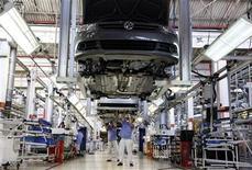 Foto de archivo de un grupo de trabajadores en la planta de Volkswagen en Sao Bernardo do Campo, Brasil, abr 6 2011. La producción de vehículos nuevos en Brasil bajó un 14 por ciento en diciembre frente a noviembre, a 259.364 unidades, informó el lunes la Asociación Nacional de Fabricantes de Vehículos Automotores (Anfavea). REUTERS/Nacho Doce
