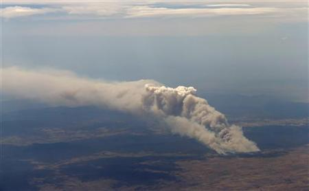 Smoke rises from the Yarrabin bushfire, burning out of control near Cooma, about 100km (62 miles) south of Canberra January 8, 2013. REUTERS/Tim Wimborne