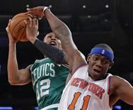 Ronnie Brewer (11) des New York Knicks en difficulté sous la pression de Leandro Barbosa (12) des Boston Celtics, au Madison Square Garden de New York. Les Knicks ont chuté face aux Celtics 102-96. /Photo prise le 7 janvier 2013/REUTERS/Ray Stubblebine