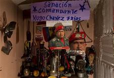Un autel dressé pour prier pour le rétablissement de Hugo Chavez, dans la capitale vénézuélienne Caracas. L'état de santé du président s'est stabilisé par rapport au dernier bulletin de santé officiel, a annoncé le gouvernement vénézuélien qui a une nouvelle fois démenti tout vide du pouvoir. /Photo prise le 4 janvier 2013/REUTERS/Carlos Garcia Rawlins