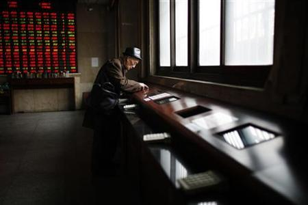 An investor looks at a computer screen showing stock information at a brokerage house in Shanghai January 4, 2013. REUTER/Aly Song (CHINA - Tags: BUSINESS)