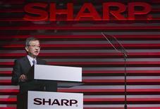 Kozo Takahashi, vice-président de Sharp, a déclaré que le groupe japonais d'électronique envisageait de nouvelles solutions pour assainir ses finances mais a nié discuter pour l'instant d'une éventuelle entrée d'Intel à son capital. /Photo prise le 7 janvier 2013/REUTERS/Steve Marcus