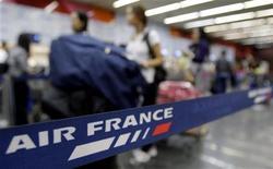 Le trafic passagers d'Air France-KLM est resté stable en décembre, les intempéries aux Etats-Unis ayant compensé le dynamisme du réseau Asie, tandis que sur l'ensemble de l'année 2012, il a augmenté de 2,1%. Dans l'activité fret, le trafic a chuté de 5,7% en rythme annuel et a reculé de 6,3% pour l'ensemble de l'année. /Photo d'archives/REUTERS/Sergio Moraes