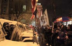La policía volvió a enfrentarse a alborotadores el lunes, en la quinta noche de violencia en Irlanda del Norte, mientras el jefe provincial de la policía pidió a padres y políticos que actúen para frenar los disturbios en las calles de Belfast. En la imagen del 7 de enero se puede ver a manifestantes protestantes unionistas delante de los antidisturbios ante el Ayuntamiento de Belfast. REUTERS/Cathal McNaughton