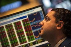 Un operatore davanti ad uno schermo con l'andamento dei mercati. REUTERS/Keith Bedford