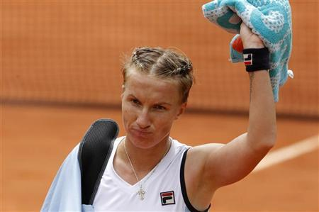 Svetlana Kuznetsova of Russia leaves the court after losing her match against Sara Errani of Italy during the French Open tennis tournament at the Roland Garros stadium in Paris June 3, 2012. REUTERS/Benoit Tessier