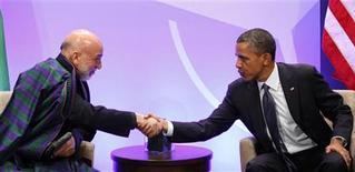 Presidente dos EUA, Barack Obama, cumprimenta o presidente afegão, Hamid Karzai, na Cúpula da Otan em Chicago, em maio de 2012. Obama e Karzai vão discutir na sexta-feira questões de guerra, inclusive o futuro da presença militar norte-americana no país asiático, mas as questões da paz é que devem ser as mais delicadas na longa pauta do encontro. 20/05/2012 REUTERS/Larry Downing