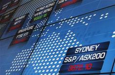 Su un tabellone elettronico il principale indicatore della Borsa di Sydney. REUTERS/Daniel Munoz