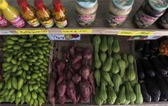 Vegetais são expostos em feira no Rio de Janeiro, em fevereiro de 2011. Índice de Preços ao Consumidor Semanal (IPC-S) acelerou para alta de 0,77 por cento na primeira quadrissemana de janeiro, depois de encerrar dezembro com elevação de 0,66 por cento, informou a Fundação Getulio Vargas (FGV). 08/02/2011 REUTERS/Ricardo Moraes REUTERS/Ricardo Moraes