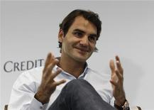 El decepcionante final de 2012 para Roger Federer puso a sus detractores a escribir su obituario tenístico, pero el suizo confía en que puede ganar más títulos de grand slam tras llegar a Melbourne fresco y centrado después de un largo parón. En la imagen, Federer en una rueda de prensa en Singapur, el 4 de enero de 2013. REUTERS/Edgar Su