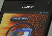 Chinesa Huawei apresentou novos smartphones na segunda-feira com telas maiores e com melhor resolução. 16/05/2012. REUTERS/Bobby Yip