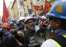 La tasa de desempleo de Italia se mantuvo en un nivel récord en noviembre, mientras que el paro juvenil subió a un nuevo máximo tras superar el 37 por ciento, según datos difundidos el martes. Imagen de una protesta de trabajadores de Alcoa contra sus despidos celebrada el pasado mes de septiembre en Roma. REUTERS/Tony Gentile