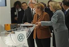 Chanceler alemã, Angela Merkel, empurra carrinho de compras durante Cúpula Nacional de TI, em Essen, em novembro de 2012. As importações alemãs caíram inesperadamente em novembro e as exportações também tiveram uma queda acentuada, reduzindo o superávit comercial, em mais um sinal de que crise da zona do euro levou a uma contração no quarto trimestre na maior economia da região.13/11/2012 REUTERS/Ina Fassbender