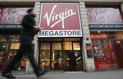 La direction de Virgin Megastore, victime de l'effondrement du marché des CD et DVD, va déposer mercredi le bilan devant le tribunal de commerce, a-t-on appris mardi auprès des syndicats du groupe de distribution de produits culturels et multimédias. /Photo prise le 4 janvier 2012/REUTERS/Christian Hartmann