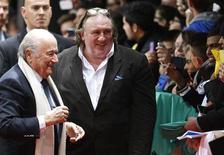 La estrella francesa del cine Gerard Depardieu no compareció ante un tribunal para responder por cargos de conducir ebrio el martes porque estaba preparándose para interpretar al ex director gerente del FMI caído en desgracia Dominique Strauss-Kahn en una película, dijo su abogado. En la imagen, Depardieu junto al presidente de la FIFA, Josep Blatter, en la alfombra roja antes de la entrega del balón de oro en Zurich, el 7 de enero de 2013. REUTERS/Michael Buholzer