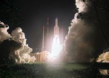 Décollage d'une fusée Ariane 5 à Kourou, en Guyane. Arianespace a annoncé mardi prévoir un total de 12 lancements cette année, dont six pour la fusée Ariane, contre 11 l'an passé. /Photo d'archives/REUTERS/CNES/CSG