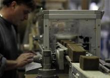 Imagen de archivo de un trabajador en la línea de producción en una fábrica de jabones en Marsella, dic 19 2012. La moral entre las empresas de la zona euro mejoró nuevamente en diciembre, pero la tasa de desempleo alcanzó un nuevo récord y los hogares se abstuvieron de gastar en el período previo a la Navidad, lo que sugiere que una salida del bloque de la recesión será lenta. REUTERS/Jean-Paul Pelissier