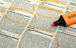 Imagen de archivo de un diario con una serie de anuncios de empleo en Milán, abr 3 2012. La tasa de desempleo de Italia se mantuvo en un nivel récord en noviembre, mientras que el desempleo juvenil subió a un nuevo máximo tras superar el 37 por ciento, según datos difundidos el martes. REUTERS/Alessandro Garofalo