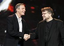 Presidente da Qualcomm, Paul Jacobs, cumprimenta cineasta Guillermo del Toro (direita), durante abertura da CES, em Las Vegas.