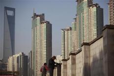 Ouvriers du bâtiment à Shanghaï. Après sept trimestres consécutifs de ralentissement, la croissance du produit intérieur brut (PIB) chinois devrait avoir rebondi au quatrième trimestre, montre une enquête de Reuters, mais la reprise devrait être lente et Pékin pourrait devoir maintenir ses politiques de soutien à l'activité. /Photo prise le 12 novembre 2012/REUTERS/Aly Song