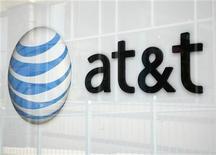 Foto de archivo del logo de AT & T en una de sus tiendas en Broomfield, EEUU, abr 20 2011. La empresa AT&T Inc reportó el martes que vendió más de 10 millones de teléfonos inteligentes en el cuarto trimestre del 2012, un máximo histórico. REUTERS/Rick Wilking