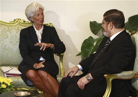 Egypt's President Mohamed Mursi (R) speaks with IMF Managing Director Christine Lagarde during a meeting at the Presidential Palace in Cairo, August 22, 2012. REUTERS/Amr Abdallah Dalsh