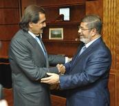 Le président égyptien Mohamed Morsi et le Premier ministre qatari Hamad bin Jassim al Thani, à New York en septembre dernier. Le Qatar a avancé 2,5 milliards de dollars (1,9 milliard d'euros) à l'Egypte pour l'aider à faire face à une crise monétaire. /Photo prise le 26 septembre 2012/REUTERS/Egyptian Presidency