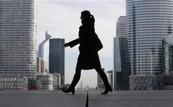 Las especulaciones sobre una inminente rebaja a la calificación de la deuda soberana de Francia, que movió brevemente a algunos mercados financieros el martes, son infundados, afirmaron responsables franceses. En la imagen, una mujer de negocios en el distrito financiero de París, el 20 de noviembre de 2012. REUTERS/Christian Hartmann