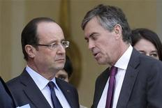 Las autoridades francesas abrirán una investigación preliminar al ministro de Presupuesto, Jerome Cahuzac, por acusaciones de que poseía una cuenta bancaria secreta en Suiza, dijo el martes la fiscalía de París. En la imagen, el presidente francés, François Hollande, y Cahuzac en París, el 4 de enero de 2012. REUTERS/Philippe Wojazer