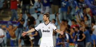 Xabi Alonso ha respaldado a su compañero del Real Madrid Luka Modric a pesar de un mediocre inicio de temporada por parte del centrocampista croata en su primer año en la Liga. En la imagen de archivo, Alonso se lamenta tras un gol recibido en Getafe el pasado 26 de agosto. REUTERS/Sergio Perez